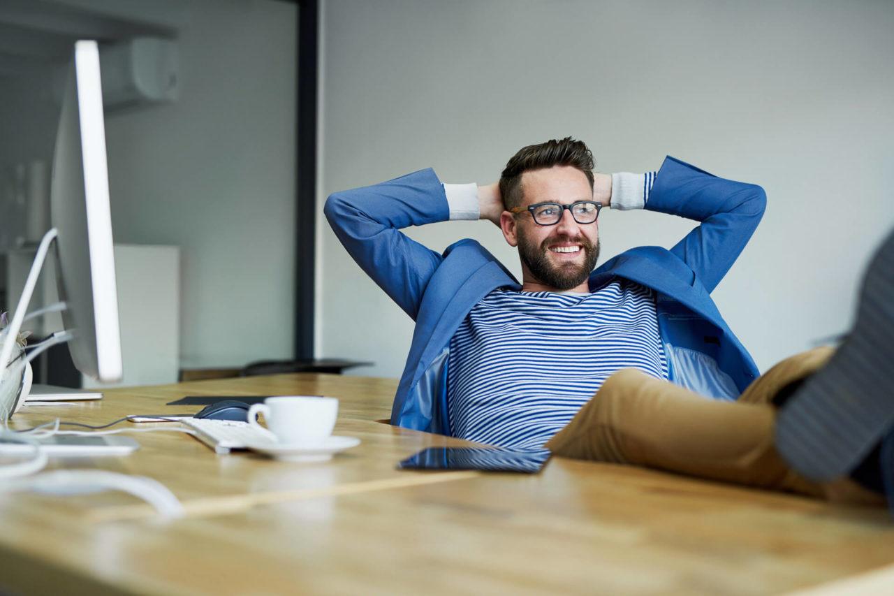homem sentado com os pés na mesa - propósito de marca